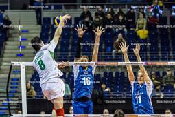 2016_007_Spiel1OlympiaQualiBulgarien-Finnland | Angriff SKRIMOV Todor (#8 Bulgarien) gegen OJANSIVU Olli-Pekka (#16 Finnland) und SINKKONEN Sauli (#11 Finnland)