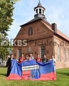 KBS_Picture_Fotostrory_Drochtersen_12 | Drausen vor der Kirche in Drochtersen v.l. Pippirs Bernhard Pastor (Drochtersen) , Behrmann Soeren (Drochtersen) , Goossen Rigo Praesident (Drochtersen) , Goossen Jasper (Drochtersen) , TW Siefkes Patrick (Drochtersen) und Maassen Enrico Trainer (Drochtersen) , SpVgg Drochtersen-Assel Fotostory Vorstellung , Bild war zu Gast in der Apfelregion des Fussball Regionalligisten SpVgg Drochtersen-Assel , Anlage : Drochtersen , Copyright by © KBS-Picture ,   Postfach 1310 ,   25454 Rellingen ,       Mobil  0172 – 977 49 83 ,    Mail:  foto@kbs-picture.de , Verwendung für Werbezwecke und Weitergabe an Dritte untersagt.   KBS Picture kann keine Schadenersatzforderungen übernehmen,  die aus der Veröffentlichung dieses Bildes entstehen könnten.   Der Abdruck dieses Bildes ist honorarpflichtig. Fotohonorar + 19% Mwst. , Fotofreigabe auch für Onlinezwecke , Meincke Kalle ,   KBS-Picture