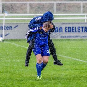 Verletztentransport | Regenabruch beim Damenfußball