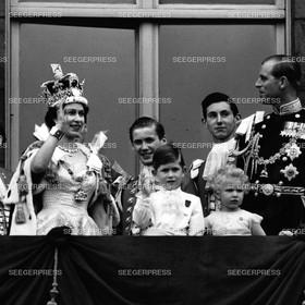 England, Grossbritannien, Kšnigin Elizabeth II. mit Ehemann Prinz Philip, Herzog von Edinburgh und den Kindern Prinz Charles, FŸrst von Wales und Prinzessin Anne von Gro§britannien, Kršnung der Kšnigin, Retro