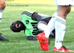 Foto: Michael Stemmer | © Michael Stemmer Fußball Landes- Liga Hammonia Saison 2016_ 2017 Datum: 19.8.2016 Spiel: FC Elmshorn gegen BW 96- Schenefeld- verletzt am Boden: Madjid Albry  (FC Elmshorn)
