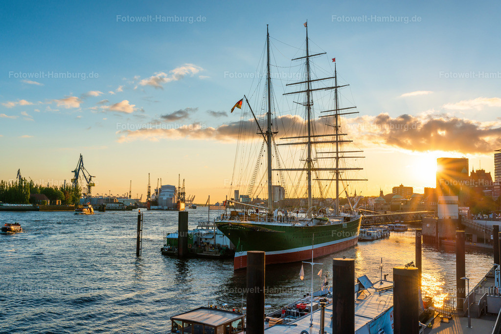 10200211 - Sonnenuntergang an der Rickmer Rickmers | Blick vom Elb-Boulevard auf die Rickmer Rickmers und den Hamburger Hafen.