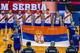 2016_086_OlympiaQualiSerbien-Belgien | serbische Nationalhymne mit Fahne KOVACEVIC Uros (#2 Serbien), JOVOVIC Nikola (#9 Serbien), IVOVIC Marko (#8 Serbien), LUBURIC Drazan (#13 Serbien), OKOLIC Aleksandar (#22 Serbien), PODRASCANIN Marko (#18 Serbien), ROSIC Nikola (#19 Serbien) und STANKOVIC Dragan (#7 Serbien)