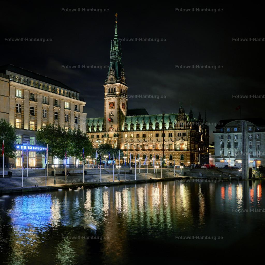 12016663 - Hamburger Rathaus bei Nacht | Blick über die kleine Alster Richtung Rathausmarkt