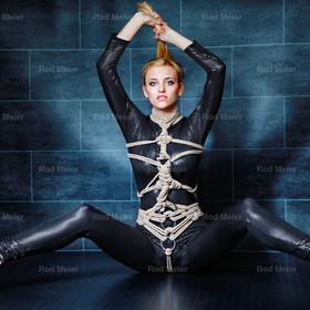 Black Catsuit - Fine Art of Bondage | Bondage in einem schwarzen Catsuit -  blondes Bondage Model mit dunklem Hintergrund - Fine Art of Bondage