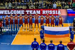 2016_005_OlympiaQualiDeutschland-Russland   russische Nationalhymne mit Fahne - TETYUKHIN Sergey (c) (#8 Russland), VERBOV Alexey (#16 Russland), MARKIN Alexander (#22 Russland), VOLKOV Alexander (#18 Russland), BEREZHKO Yury (#9 Russland), VOLVICH Artem (#4 Russland), KLIUKA Egor (#19 Russland), BAKUN Kostyantin (#12 Russland), ASHCHEV Andrey (#11 Russland), SHCHERBININ Dmitry (#15 Russland), GRANKIN Sergey (#5 Russland) und OBMOCHAEV Alexey (#1 Russland) - Mannschaftsfoto