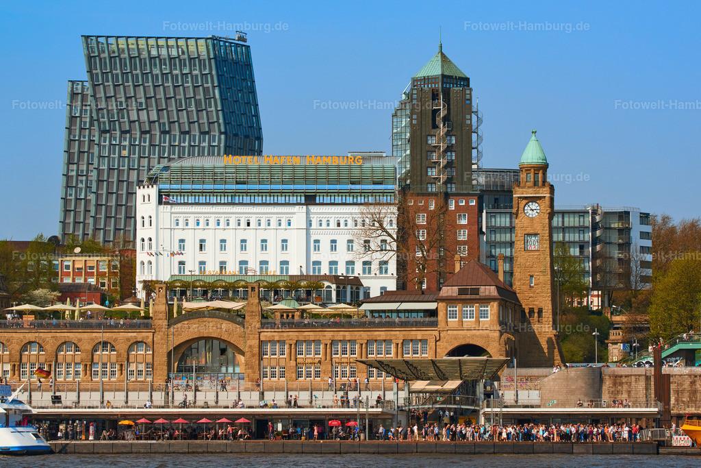 11985108 - Landungsbrücken und Hotel Hafen Hamburg   Blick vom Wasser auf die Landungsbrücken