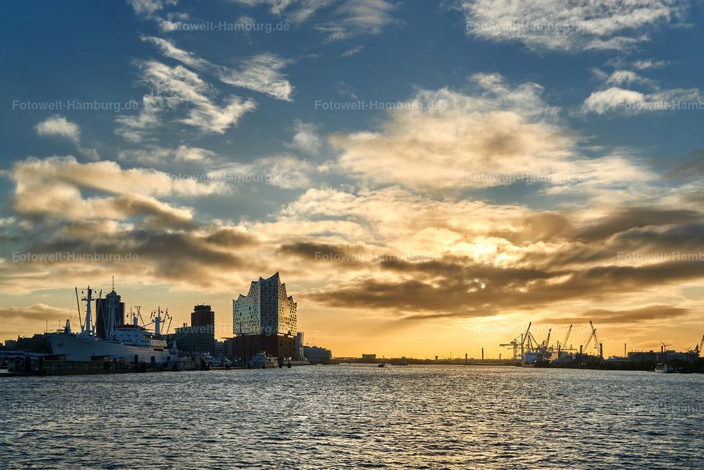 10190432 - Hamburg Sunrise | Morgenstimmung im Hamburger Hafen mit Blick auf die Elbphilharmonie.