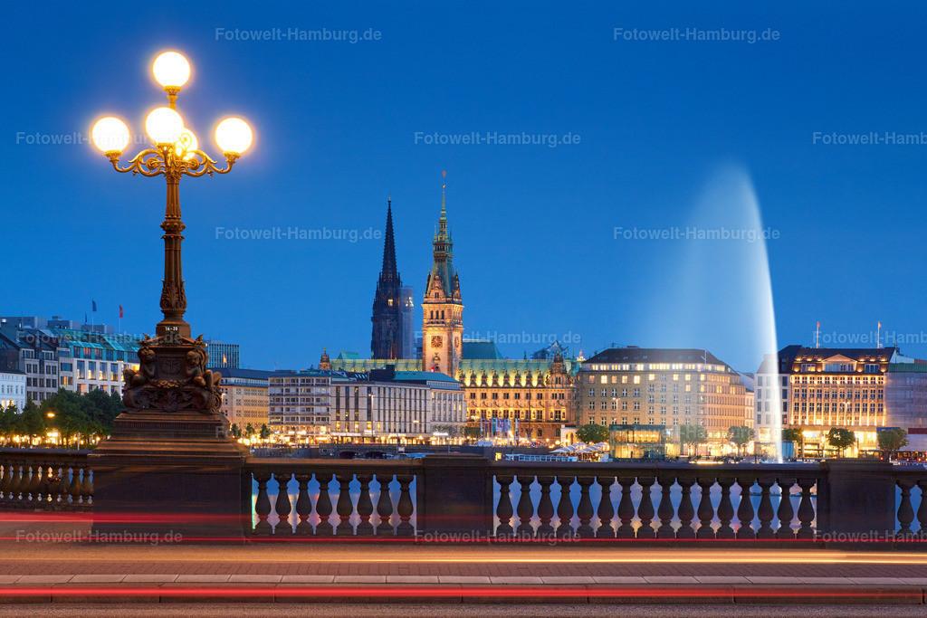 11504811 - Alsterlichter | Blick von der Lombardsbrücke auf die Binnenalster mit stimmungsvollen Autolichtern.