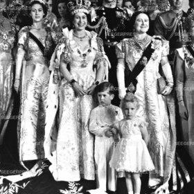 Kršnung von Kšnigin Elizabeth II. von England Grossbritanien Gro§britanien mit Kšnigin Mutter Queen Mum Prinzessin Margaret und Prinz Charles und Prinzessin Anne im Vordergrung, Retro