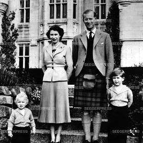 England, Grossbritannien, Kšnigin Elizabeth II. von Gro§britannien mit Ehemann Prinz Philip, Herzog von Edinburgh und den Kindern Prinz Charles, FŸrst von Wales und Prinzessin Anne, Retro