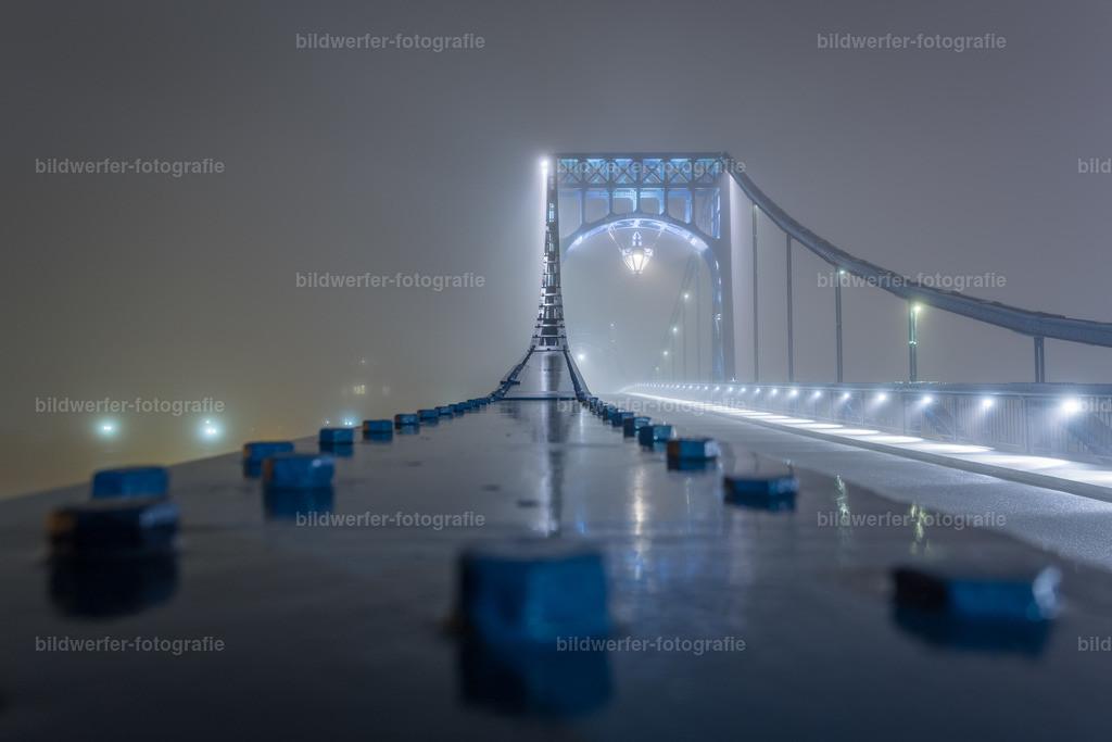 Kaiser-Wilhelm-Brücke bei Nacht | Nachtaufnahme der Wilhelmshavener Kaiser-Wilhelm-Brücke mit Nieten im Vordergrund