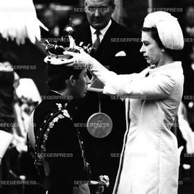 England, Grossbritannien, Kšnigin Elizabeth II. kršnt Prinz Charles von Gro§britannien, FŸrst von Wales im Caernarvon Palast, Kršnung, Retro