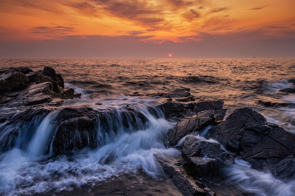 Felsen bei Tejn   Wellen der Ostsee bei Tejn