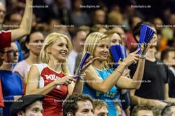 2016_180_OlympiaQuali_Halbfinale_Frankreich-Polen | Jubel polnische Fans Blondinen