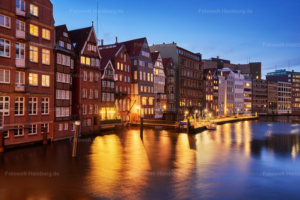 11985489 - Blaue Stunde am Nikolaifleet | Blick über das Nikolaifleet auf die historischen Häuser der Deichstraße
