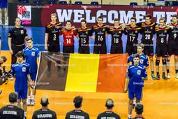 2016_092_OlympiaQualiSerbien-Belgien | belgische Nationalhymne mit Fahne DEROO Sam (c) (#3 Belgien), RIBBENS Jelle (#14 Belgien), D'HULST Stijn (#15 Belgien), BAETENS Seppe (#18 Belgien), ROUSSEAUX Tomas (#17 Belgien), VAN DE VELDE Arno (#20 Belgien), KLINKENBERG Kevin (#8 Belgien), VERHEES Pieter (#9 Belgien) - Mannschaftsfoto