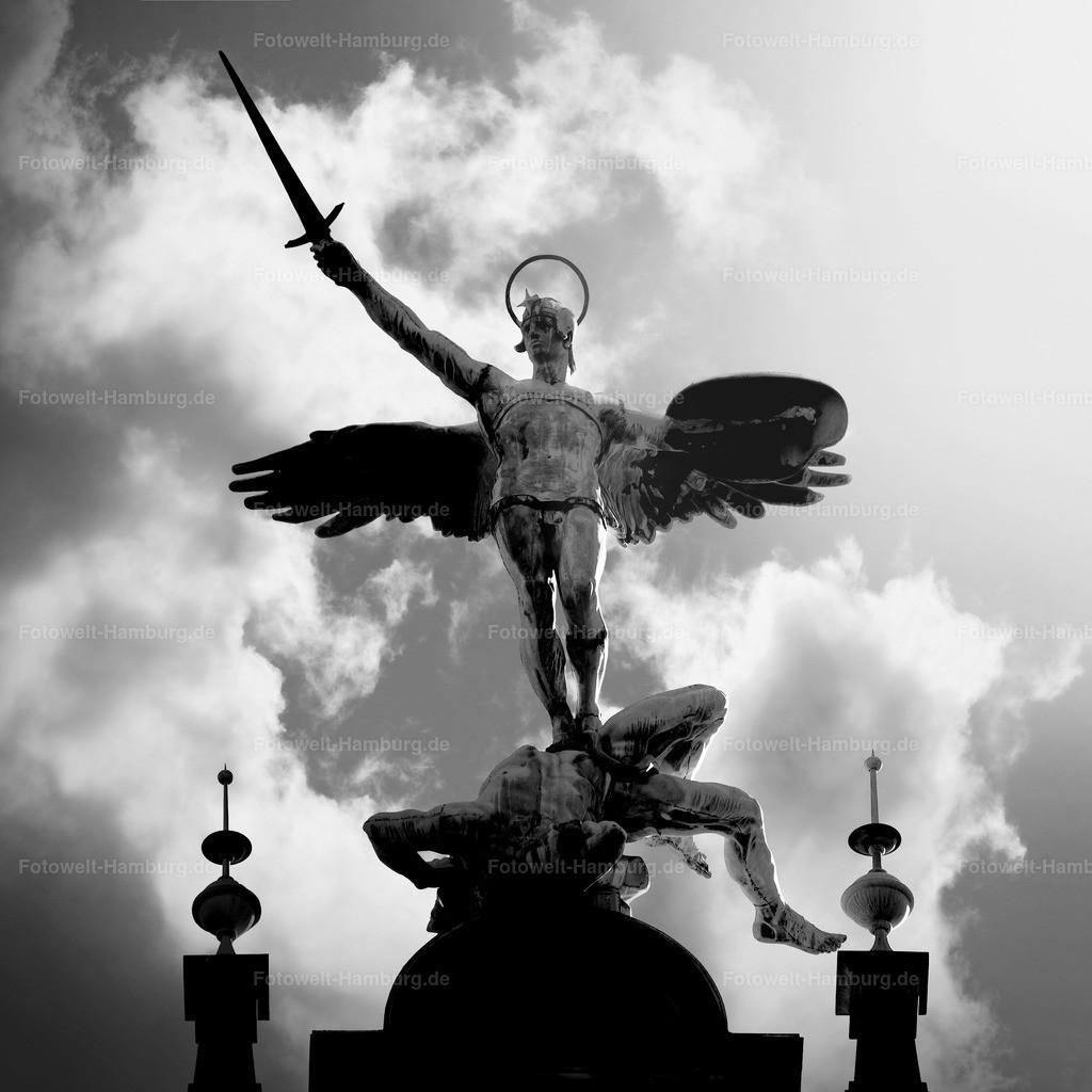 11274874 - Erzengel Michael auf dem Hamburger Rathaus
