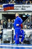 2016_026_OlympiaQualiRussland-Frankreich   russischer Trainer ALEKNO Vladimir (head coach Russland) vor Fahne