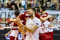 2016_176_OlympiaQuali_Halbfinale_Frankreich-Polen | Enttäuschung und Frust bei ROUZIER Antonin (#4 Frankreich) - im Hintergrund jubelnde polnische Mannschaft
