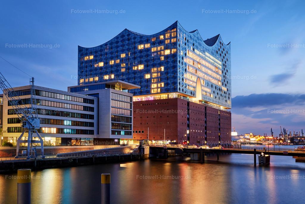 11926218 - Elbphilharmonie zur blauen Stunde | Blick über den Sandtorhafen auf die Elbphilharmonie