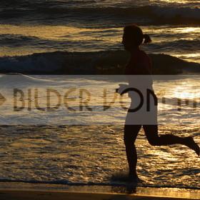 Bilder vom Meer als Wandbild bei Sonnenaufgang | Strandbilder mit Menschen bei Sonnenaufgang