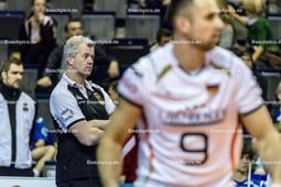 2016_006_OlympiaQualiDeutschland-Serbien | kritischer und analysierender HEYNEN Vital (head coach Deutschland) mit GROZER György Gyoergy (#9 Deutschland)