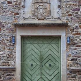 alte Tür mit Wappen