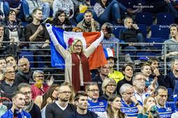 2016_002_OlympiaQualiRussland-Frankreich   jubelnde französische Fans mit Fahne