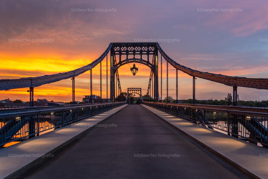 Dramatischer Sonnenuntergang an der KW-Brücke  | Kaiser-Wilhelm-Brücke in Wilhelmshaven im Sonnenuntergang