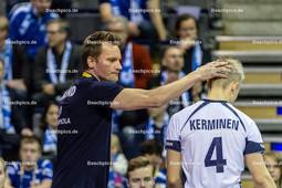 2016_015_Spiel1OlympiaQualiBulgarien-Finnland | finnischer Trainer SAMMELVUO Tuomas (head coach Finnland li) mit KERMINEN Lauri (#4 Finnland re)