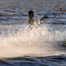 Kitesurfen Bilder | Kite Surfer hart vor dem Wind