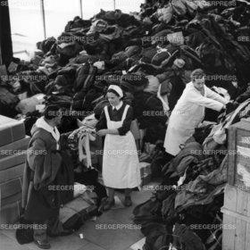 Sammelstelle Deutsches Rotes Kreuz Kleider Kleidersammlung Spenden Not Elend Nachkrieg Nachkriegszeit Flucht und Vertreibung Ungarn FlŸchtlinge Stuttgart Killesberg sw Foto