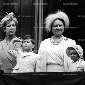 England, Grossbritannien, Kšnigin Elizabeth II. mit den Kindern Prinz Charles, FŸrst von Wales und Prinzessin Anne von Gro§britannien und Kšnigin-Mutter Elizabeth, Queen - Mum, Retro