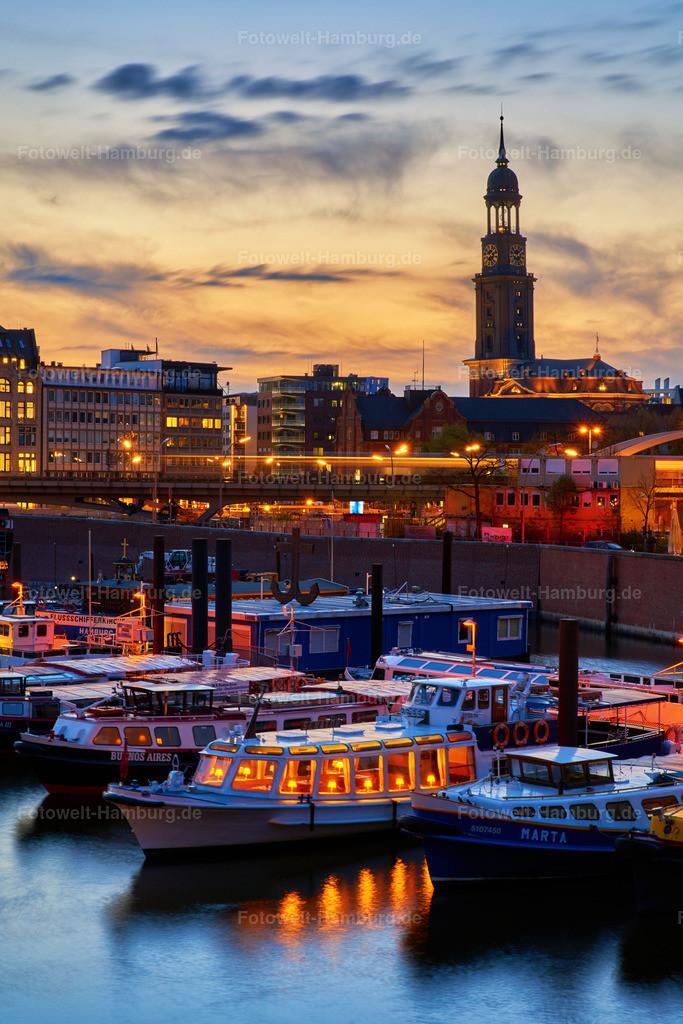 11985482 - Abendstimmung mit Michel   Blick über den Binnenhafen auf den Michel