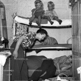 FlŸchtling FlŸchtlinge, Familie, Kinder, Flucht, Armut, Not Elend Nachkrieg Nachkriegszeit, Flucht und Vertreibung zweiter 2. II. Weltkrieg sw Foto, Habseligkeiten, Betten, Stockbett Hochbett