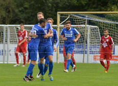 TuS Esens - FC Norden, 11.09.2016 | Fußball, Bezirksliga Weser-Ems I, Saison 2016/2017, 6. Spieltag, 11.09.2016, TuS Esens (blau) - FC Norden (rot), Ergebnis 3:2