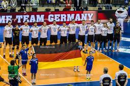 2016_006_OlympiaQualiDeutschland-Russland   deutsche Nationalhymne mit Fahne - BÖHME BOEHME Marcus (c) (#8 Deutschland), STEUERWALD Markus (#2 Deutschland), FROMM Christian (#1 Deutschland), SCHWARZ Sebastian (#3 Deutschland), KALIBERDA Denys (#6 Deutschland), GROZER György Gyoergy (#9 Deutschland), KAMPA Lukas Immanuel (#11 Deutschland), DÜNNES DUENNES Christian (#10 Deutschland), HIRSCH Simon (#13 Deutschland), STROHBACH Tom (#14 Deutschland), BROSHOG Tim (#15 Deutschland), STEUERWALD Patrick (#16 Deutschland), COLLIN Philipp (#20 Deutschland), TILLE Ferdinand (#12 Deutschland) - Mannschaftsfoto