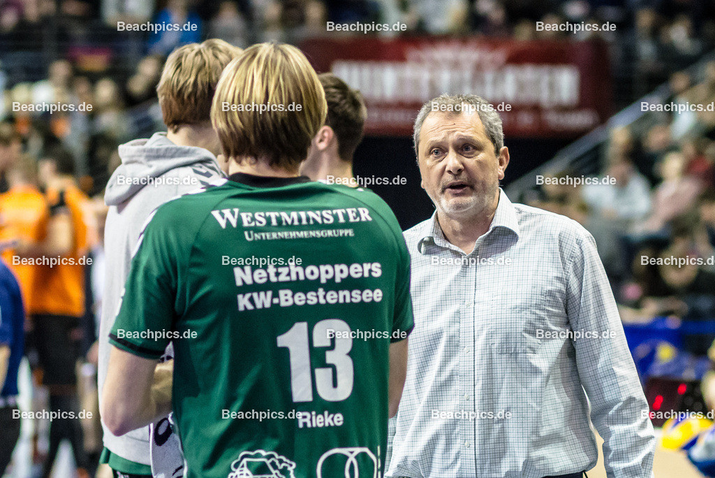 2016_137_BLM_BRVolleys-Netzhoppers | Mirko Culic (Netzhoppers Trainer) spricht in der Auszeit mit Kapitän Manuel Rieke (Netzhoppers #13)