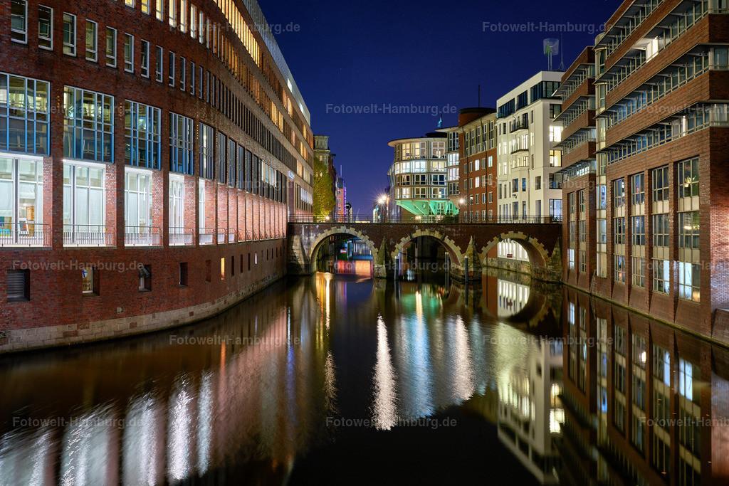 12028961 - An der Stadthausbrücke   Blick von der Stadthausbrücke in Hamburg Richtung Ellerntorbrücke bei Nacht