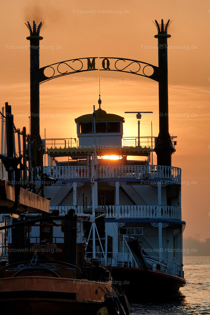 11908636 - Sonnenaufgang hinter der Mississippi Queen