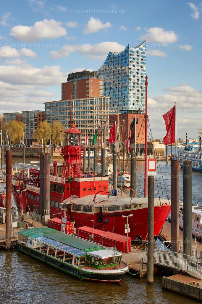 11919870 - Elbphilharmonie und Feuerschiff | Das bekannte Feuerschiff im Niederhafen und die Elbphilharmonie