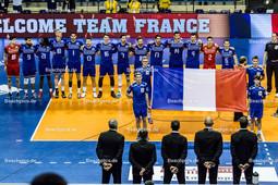 2016_004_OlympiaQualiFrankreich-Bulgarien | französische Nationalhymne mit Fahne, TONIUTTI Benjamin (c) (#6 Frankreich), GREBENNIKOV Jénia (#2 Frankreich), ROUZIER Antonin (#4 Frankreich), LE GOFF Nicolas (#14 Frankreich), LAFITTE Franck (#17 Frankreich), LYNEEL Julien (#11 Frankreich), TILLIE Kévin (#7 Frankreich), MARECHAL Nicolas (#16 Frankreich), PUJOL Pierre (#13 Frankreich), AGUENIER Jonas (#1 Frankreich), LE ROUX Kevin (#10 Frankreich), SIDIBE Mory (#21 Frankreich), NGAPETH Earvin (#9 Frankreich) und ROSSARD Thibault (#18 Frankreich) - Mannschaftsfoto
