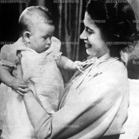 Kšnigin Elizabeth von England mit Ihrem Sohn Prinz Charles von Wales als Baby, Retro