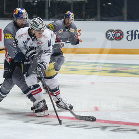 20161230_AF_1DX_9300_edit | l-r: Im Zweikampf/Aktion mit Daryl Boyle #6 (EHC Red Bull Muenchen) und Laurin Braun #12 (Eisbaeren Berlin) ,EHC Red Bull Muenchen vs. Eisbaeren Berlin, Eishockey, DEL, 30.12.2016