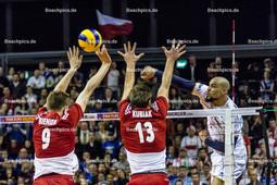 2016_179_OlympiaQuali_Halbfinale_Frankreich-Polen | Angriff NGAPETH Earvin (#9 Frankreich) gegen Block BIENIEK Mateusz (#9 Polen) und KUBIAK Michal (c) (#13 Polen)