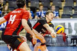 2016_100_OlympiaQualiSerbien-Belgien | Annahme BAETENS Seppe (#18 Belgien) - DEROO Sam (c) (#3 Belgien) und RIBBENS Jelle (#14 Belgien) schauen zu