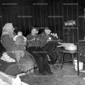 Familie, FlŸchtling, Socken, Mutter mit Kinder, Not Elend Nachkrieg Nachkriegszeit, Flucht, Baby, Unterkunft, Notunterkunft, Herd, KŸche und Vertreibung 2. II. Weltkrieg sw Foto