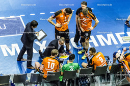 2016_070_CLM_BRVolleys-Belgorod | Trainer Roberto Serniotti (BRVolleys Trainer mi) in der Auszeit mit Sebastian Kühner Kuehner (BRVolleys #10), Erik Shoji (BRVolleys #2), Paul Lotman (BRVolleys #9), Nicolas Le Goff (BRVolleys #7), Ruben Schott (BRVolleys #13) und Koichiro Shimbo (BRVolleys Co-Trainer li)