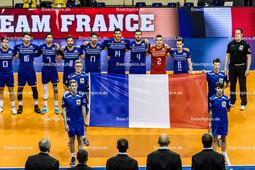 2016_001_OlympiaQualiFrankreich-Bulgarien | französische Nationalhymne mit Fahne, TONIUTTI Benjamin (c) (#6 Frankreich), GREBENNIKOV Jénia (#2 Frankreich), ROUZIER Antonin (#4 Frankreich), LE GOFF Nicolas (#14 Frankreich), LAFITTE Franck (#17 Frankreich), LYNEEL Julien (#11 Frankreich), TILLIE Kévin (#7 Frankreich), MARECHAL Nicolas (#16 Frankreich) und PUJOL Pierre (#13 Frankreich) - Mannschaftsfoto